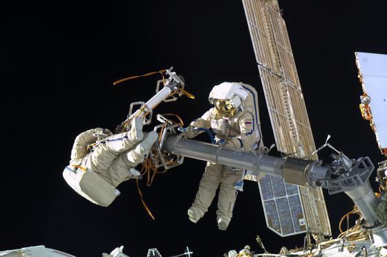 Weltraumausflug von ISS-Astronauten im Jahr 2012: Die ESA hält es für möglich, dass in zehn Jahren ein europäischer Astronaut über den Mond spazieren wird.