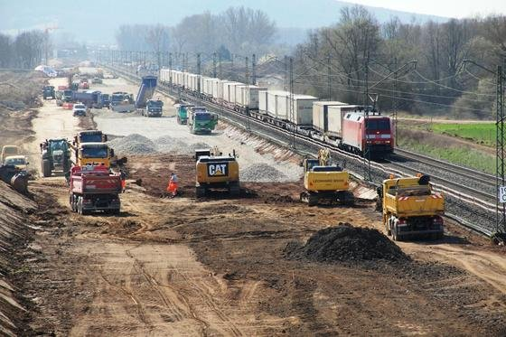 Bau des Überholbahnhofes Unterleiterbach mit künftig sechs Gleisen auf der ICE-Strecke Nürnberg-Ebensfeld: Jahrelang hat die Deutsche Bahn zu viel für Bahnschwellen bezahlt und verklagt jetzt neun Stahlhersteller auf Schadensersatz.