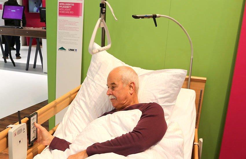 Gerade ältere Menschen trinken oft viel zu wenig. Ein Sensorpflaster der Universität Nürnberg-Erlangen überwacht die Körperflüssigkeit und überträgt die Daten über das Internet an Ärzte und Pfleger.