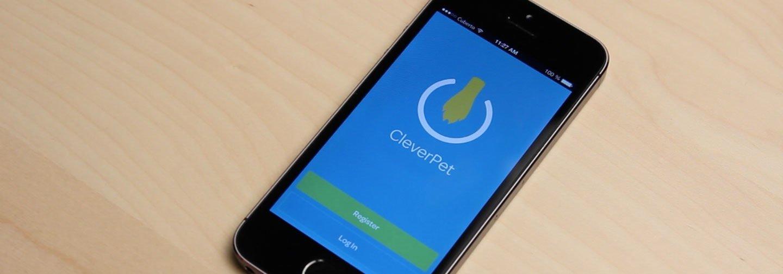 Über eine App lassen sich die Aufgaben für den Hund von unterwegs per Smartphone steuern.