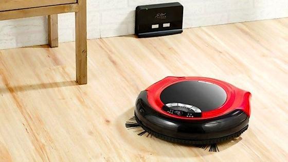 Dieser kleine Kerl saugt nicht nur den Boden, sondern filmt auch verdächtige Bewegungen im Raum. Der Besitzer erhält diese direkt auf sein Smartphone.