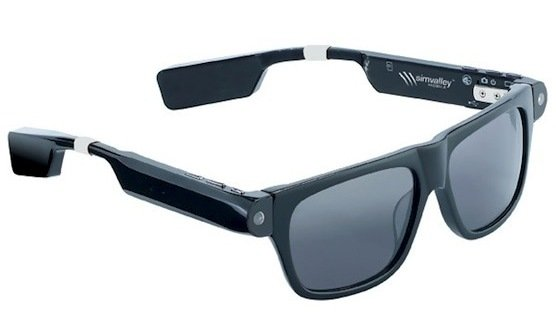 Diese Kamerabrille filmt alles, was der Träger sieht. Sie speichert eine Stunde Video, das sich per Bluetooth ans Handy übertragen lässt.
