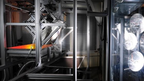 Der rotierende Zentrifugalreceiver des DLR. Wie bei einer Betonmischmaschine werden die Keramikkügelchen kontinuierlich umgewälzt, so dass sie sich gleichmäßig erhitzen. Sie lassen sich anschließend für industrielle Prozesse in wärmeisolierten Gefäßen abtransportieren.