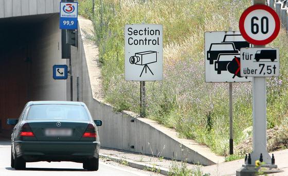 Ein Section Control-Hinweisschild vor dem Kaisermuehlentunnel in Wien: In Deutschland testet demnächst Niedersachsen als erstes Bundesland einen Strecken-Radar, bei dem die Geschwindigkeit von Autofahrern über einen längeren Abschnitt kontrolliert wird.