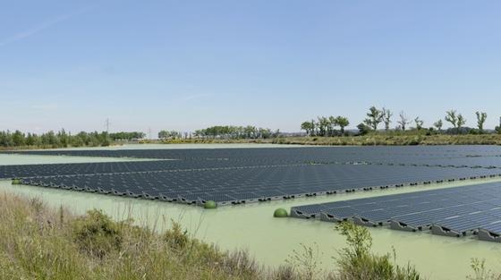 Schwimmende Solarpanels: Bis April 2015 will der japanische Mischkonzern Kyocerazwei Solarkraftwerke mit 1,2 und 1,7 Megawatt auf zwei Binnenseen im Südwesten Japans bauen.