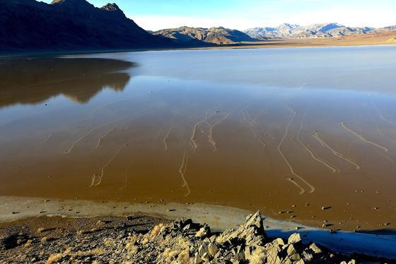 Wasser und Eis bewegen die bis zu 320 Kilogramm schweren Steine im Death Valley, haben US-Forscher jetzt herausgefunden.