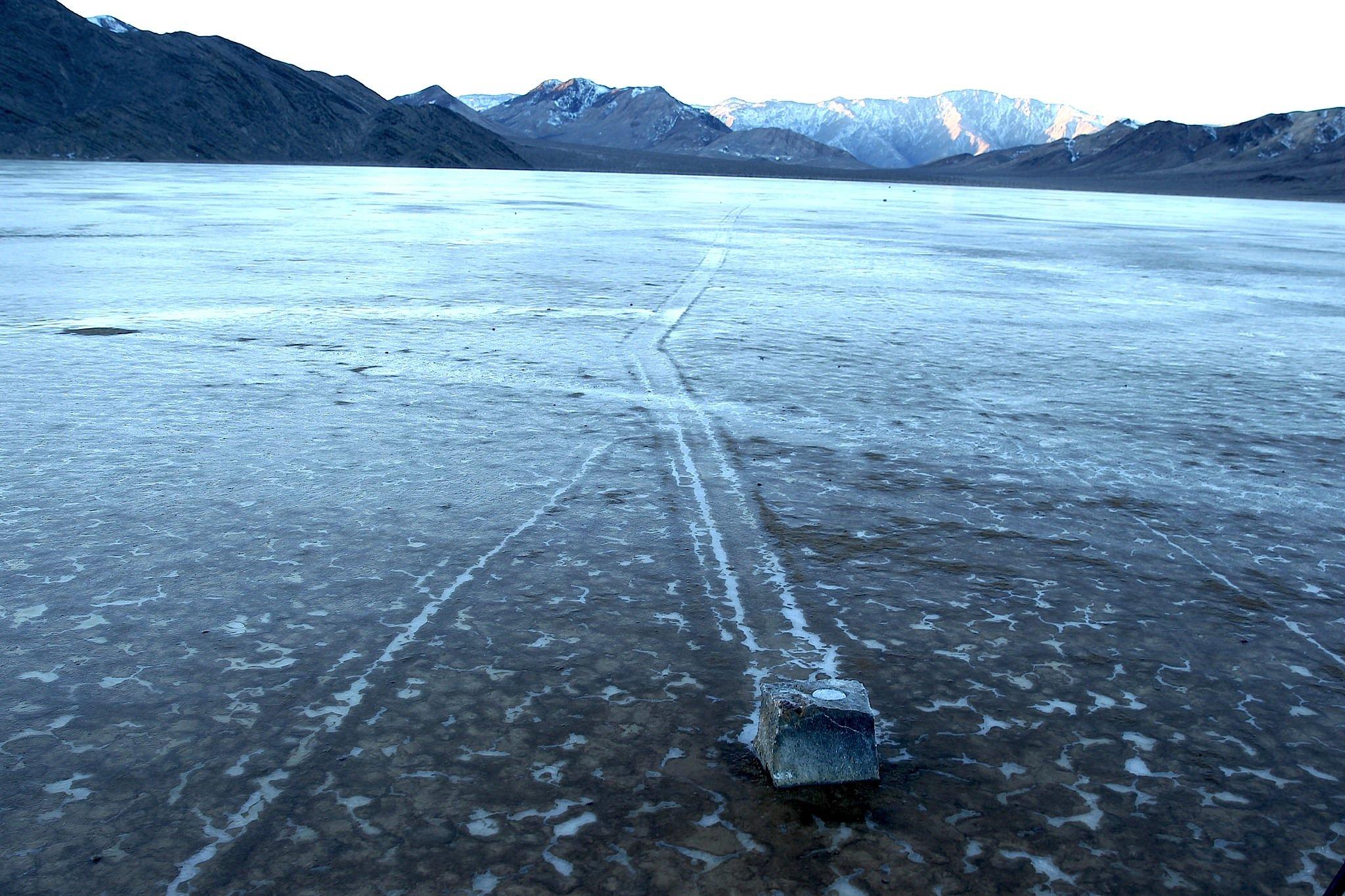 Der mit GPS-Technik ausgestattete Stein hat sich ein großes Stück bewegt. Die Schleifspur ist deutlich zu sehen.