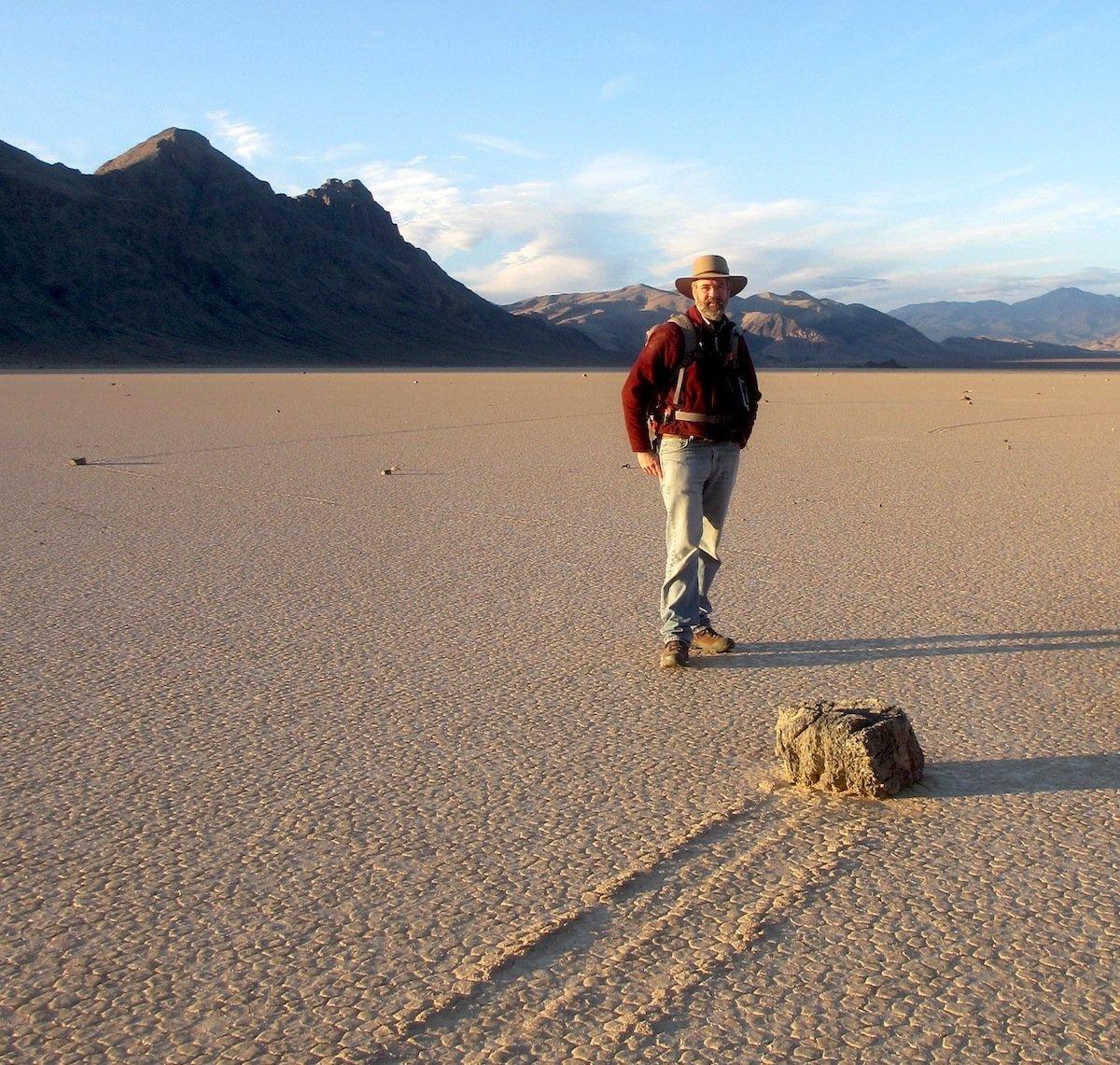 Forscher Dick Norris vor einem Stein im Death Valley.
