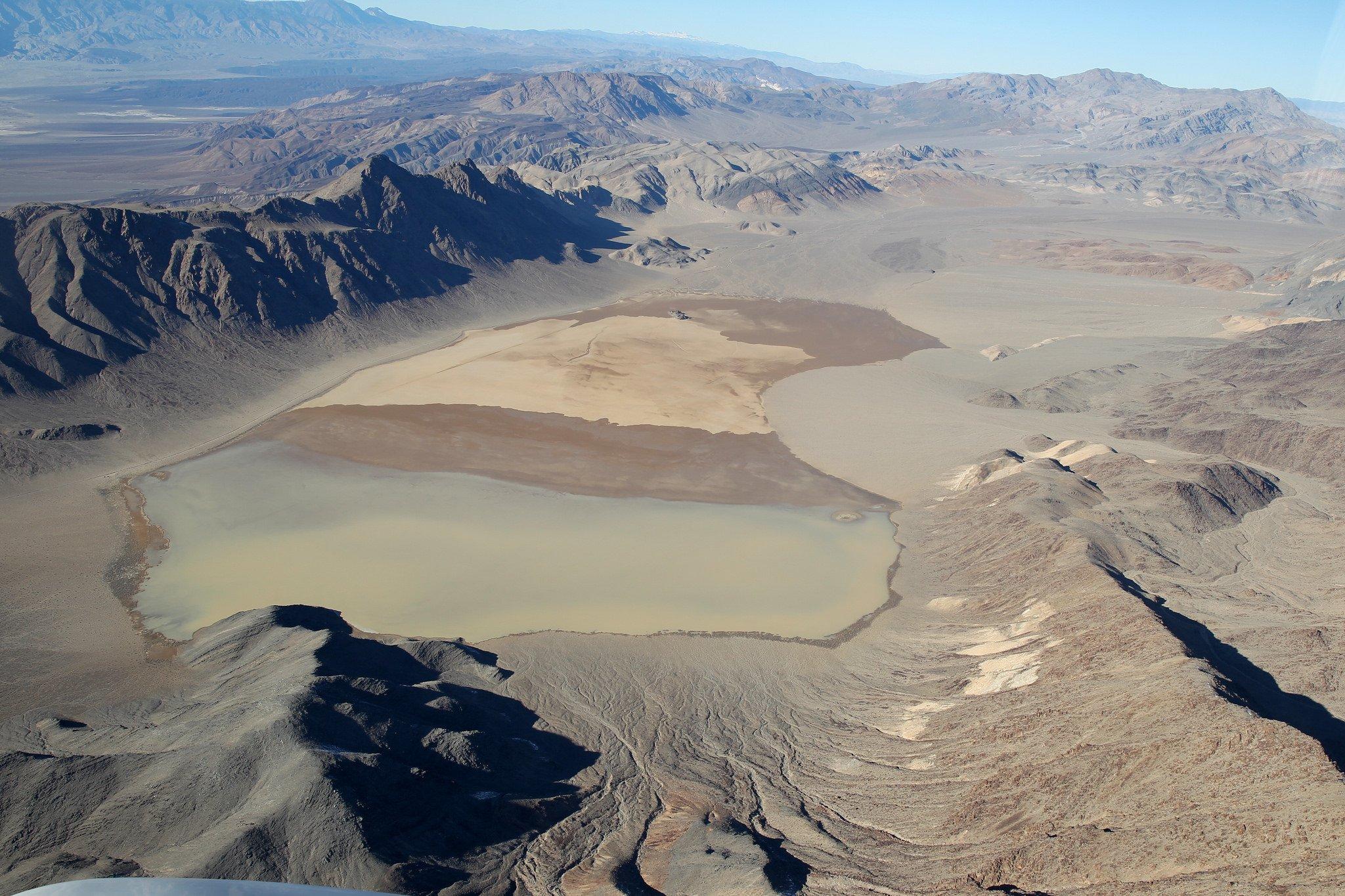 Das Death Valley aus dem Flugzeug gesehen: Die Forscher desScripps Institution of Oceanography in San Diego haben das Rätsel gelöst, wie sich selbst schwerste Steine im Death Valley bis zu sechs Meter pro Minute bewegen können.