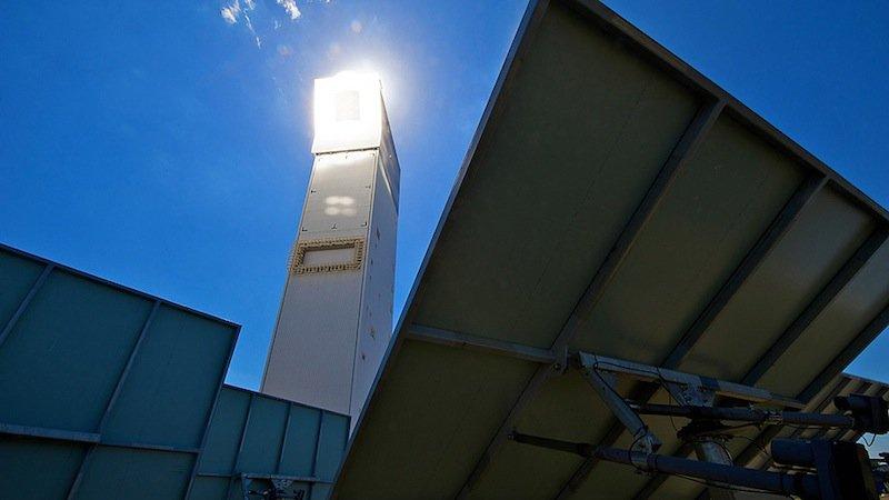 Nächstes Jahr soll der rotierende Receiver im Solarturm in Jülich zum Einsatz kommen. 2153 Spiegel konzentrieren die Sonnenstrahlen auf die Spitze.