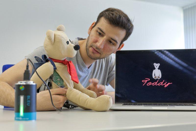 Student Erdem Turan hat gemeinsam mit seinen Kommilitonen einen Teddybären entwickelt, der Kindheitserinnerungen fotografisch festhalten kann.