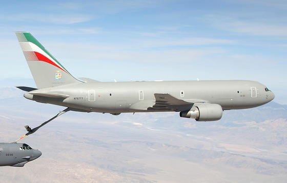 Fliegende Tankstelle: Eine italienische Air Force Boeing KC-767 betankt einen Langstreckenbomber der US-Luftwaffe.