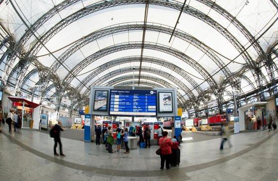 Der Hauptbahnhof in Dresden: Das EU-Projekt Secur-ED erarbeitet neue Konzepte, die Sicherheitstechnik an europäischen Bahnhöfen miteinander zu verbinden. Ein Verdächtiger, aufgenommen von einer Überwachungskamera in Dresden, ließe sich dann beispielsweise am Bahnhof in Paris schneller wiederfinden.