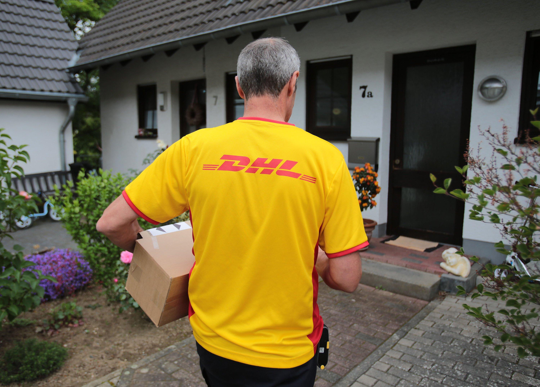 DHL-Paketzusteller: In Köln und Düsseldorf bringen Mitarbeiter der Posttochter in den nächsten Wochen im Rahmen eines Pilotprojekts auch online bestellte Menüs   an die Haustür.