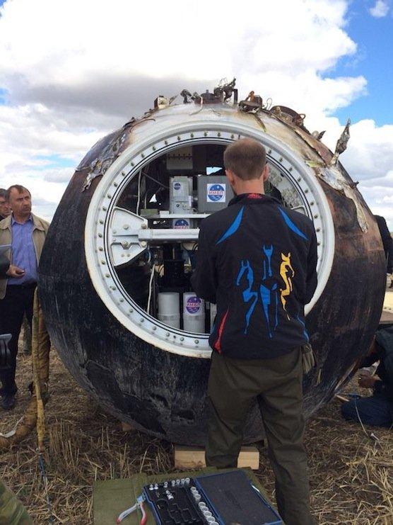 Ein Forscher öffnet die gelandete Raumkapsel. Jetzt beginnt die Auswertung der 22 Experimente, die im Weltraum stattgefunden haben.