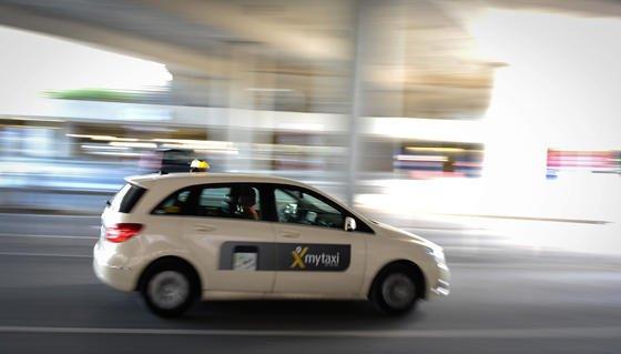Die Daimler-Tochter Moovel übernimmt den Betreiber der Taxivermittlungs-App MyTaxi, die Intelligent Apps GmbH aus Hamburg.