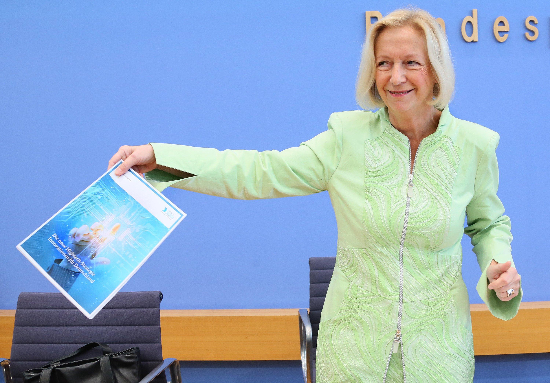 Bundesforschungsministerin Johanna Wanka (CDU) stößt mit der neuen Hightech-Strategie bei der Opposition auf Widerstand: Das Programm sei zu stark an den Interessen der Industrie ausgerichtet, zu wenig an denen der Gewerkschaften, Umwelt- und Sozialverbände.