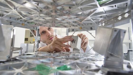 Bau des Satelliten TechnoSat an der TU Berlin: Nanosatelliten wiegen nur wenige Kilogramm und lassen sich im Vergleich zu klassischen Satelliten zu einem Bruchteil der Kosten in die Erdumlaufbahn bringen.