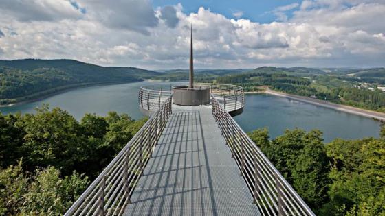 Der Skywalk Biggeblick: In 90 Metern Höhe bietet sich Besuchern ein spektakulärer Ausblick über den Biggesee.