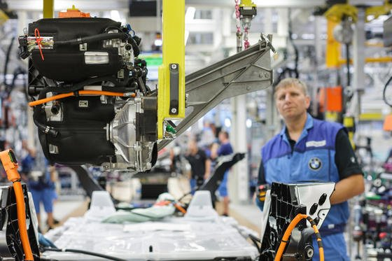 BMW-Produktion des Elektroautos i3 in Leipzig: Die Autoindustrie ist nach einer aktuellen Studie schon am weitesten auf dem Weg zur vernetzten Produktion, kurz Industrie 4.0.Selbststeuernde Produktionsanlagen kommen fast schon in jedem fünften Betrieb zum Einsatz. Skeptisch steht die Branche jedoch dem Cloud Computing. gegenüber.