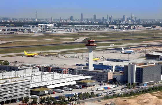 Blick über den Frankfurter Flughafen auf die Frankfurter Skyline: Täglich zählt Frankfurt fast 1400 Maschinen, die teilweise nur mit geringer Höhe über Wohngebiete fliegen.