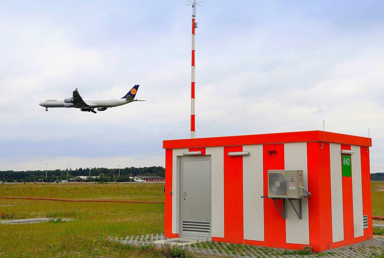 GBAS-Station auf dem Vorfeld des Frankfurter Flughafens: Die besseren Positionsdaten erlauben ein steileres Anfliegen des Frankfurter Flughafens.