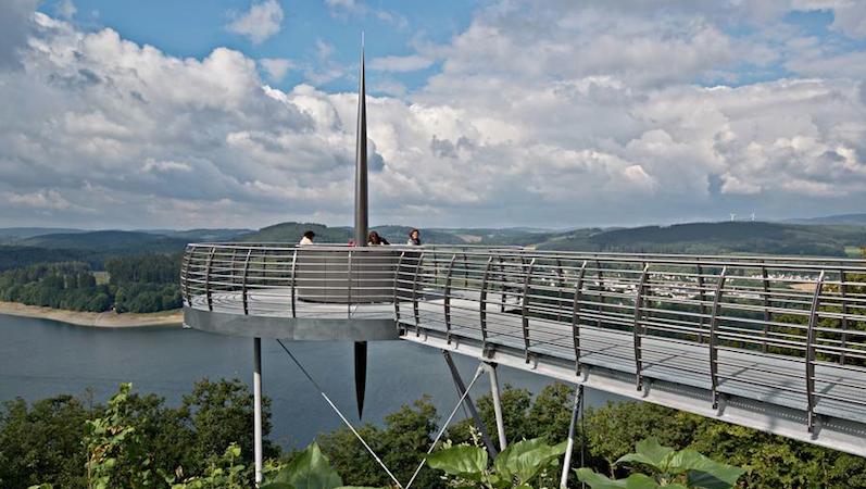Besucher auf dem Skywalk in Attendorn. Die Attraktion kostet keinen Eintritt und hat sich für die Region als Touristenmagnet entpuppt.