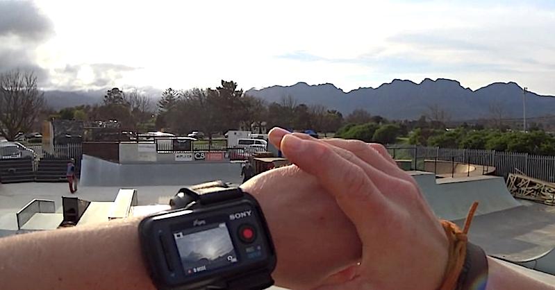 Bis zu fünf Kameras lassen sich gleichzeitig über die Fernsteuerung mit integriertem Touchscreen am Handgelenk bedienen.
