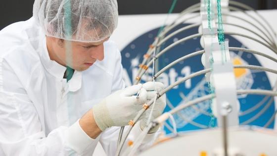 Für den Satelliten AISatT entwickelte das DLR eine vier Meter lange Helix-Antenne und baute für die Mission Satelliten wie Empfänger.