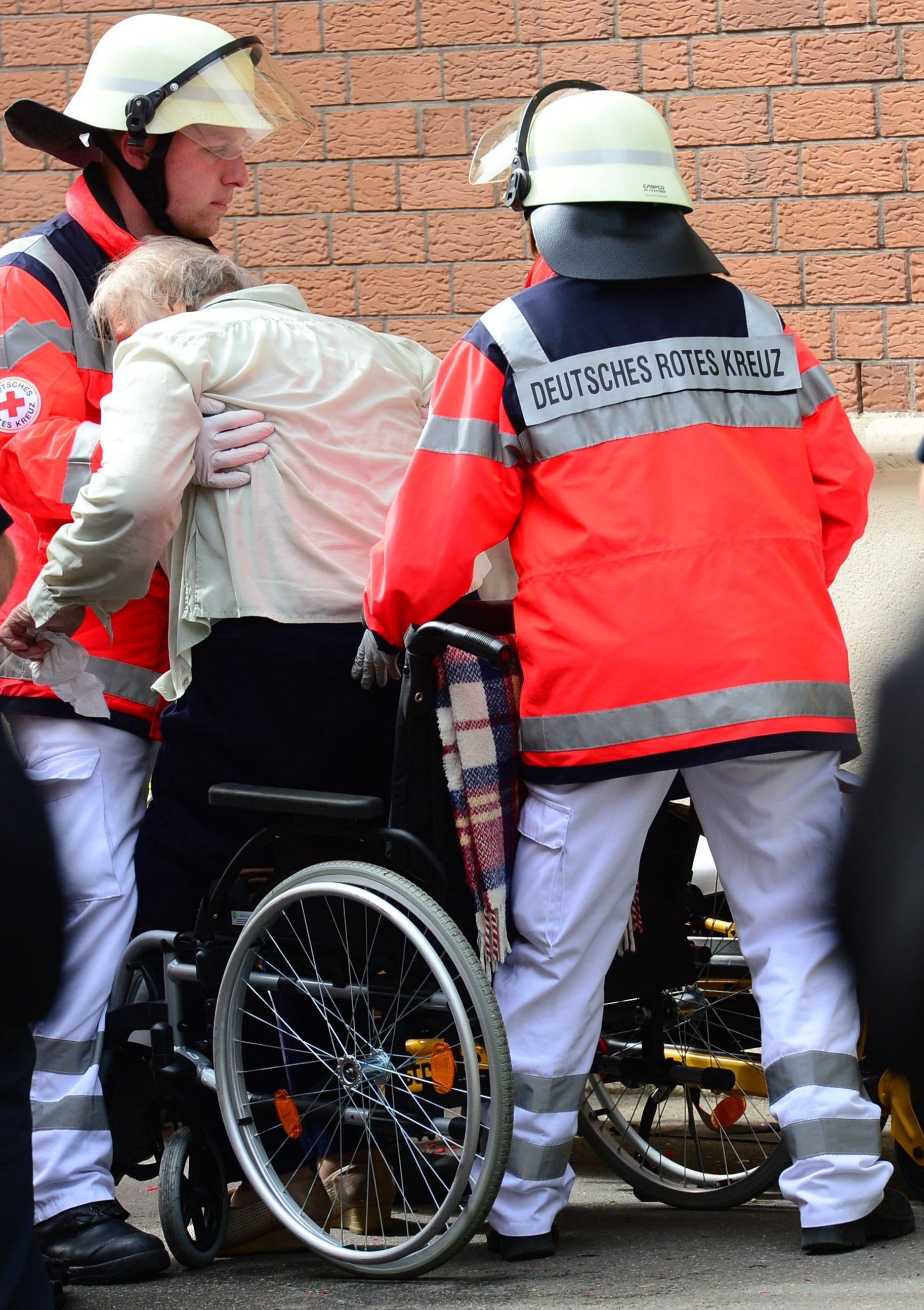 Auch Sanitäter heben oft schwer und kämpfen mit Rückenproblemen: Sie sollen daher zu den ersten Berufsgruppen gehören, die den Sensoranzug testen.
