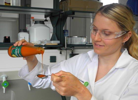 Ernährungswissenschaftlerin Désirée Schneider misst in ihrem Labor der Hochschule Fulda Chilisoße ab. Das Ergebnis dreieinhalbjähriger Forschung: Toast mit Mascarpone löscht am besten das Capsaicin-Feuer im Mund.