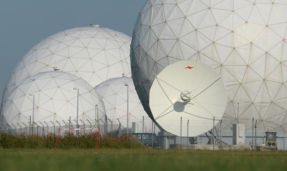 Radarkuppeln des BND in Bad Aibling:Hier bereitet der BND angeblich im großen Stil Telekommunikationsdaten aus Krisenregionen für die NSA auf –mit Technik der Amerikaner.