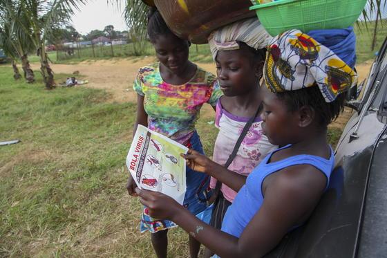 Junge Frauen in Liberia lesen Hinweise zur Schutz vor der Ebola-Seuche: Die Bundesregierung will Experten fürInfektionsschutz nach Afrika schicken, um die weitere Ausbreitung von Ebola zu bremsen.