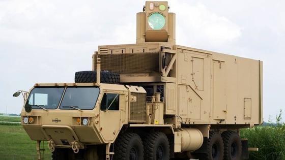 Der schwenkbare Laser ist auf einem Armeelastwagen vom Typ Oshkosh montiert. HEL MD ist laut Boeing die erste einsatzbereite mobile Energiewaffe der Welt.