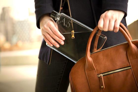 Eckige Memobottle für die Handtasche: Die neue Flasche ist flach uns soll deshalb besser in Hand- und Laptop-Tasche passen.