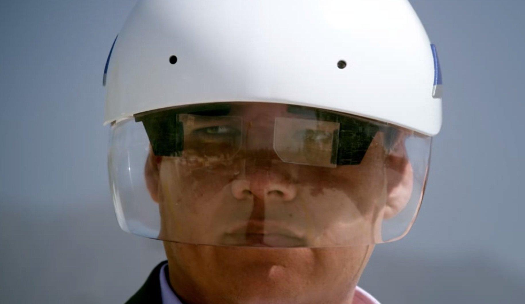 Daqri-Helm mit vorgeklappten Linsen in Form von Brillengläsern, die zur Übertragung der Informationen genutzt werden.