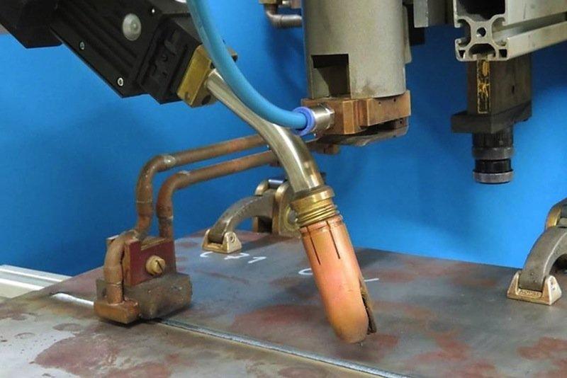 Versuchsaufbau des Laser-MSG-Hybridschweißprozesses mit einer Induktionsspule zum Vorwärmen.