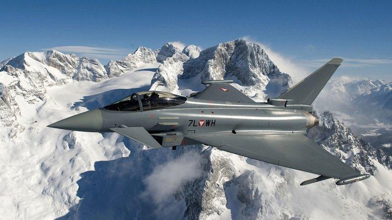 Eurofighter Typhoon: Noch sind in der Außenhaut des Kampfflugzeugsinsgesamt 20 Sensoren eingebettet und konventionell verkabelt.
