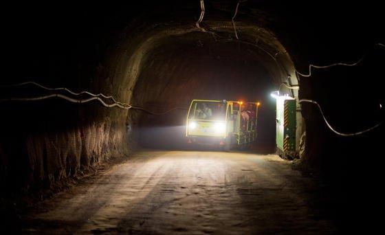 Der Ausbau des früheren Erzbergwerkes Schacht Konrad zu einem Endlager für Atomabfälle verzögert sich. Der Beton denbeiden jeweils über einen Kilometer langen Röhren, die in die Tiefe führen, ist nicht mehr stabil genug und muss saniert werden.