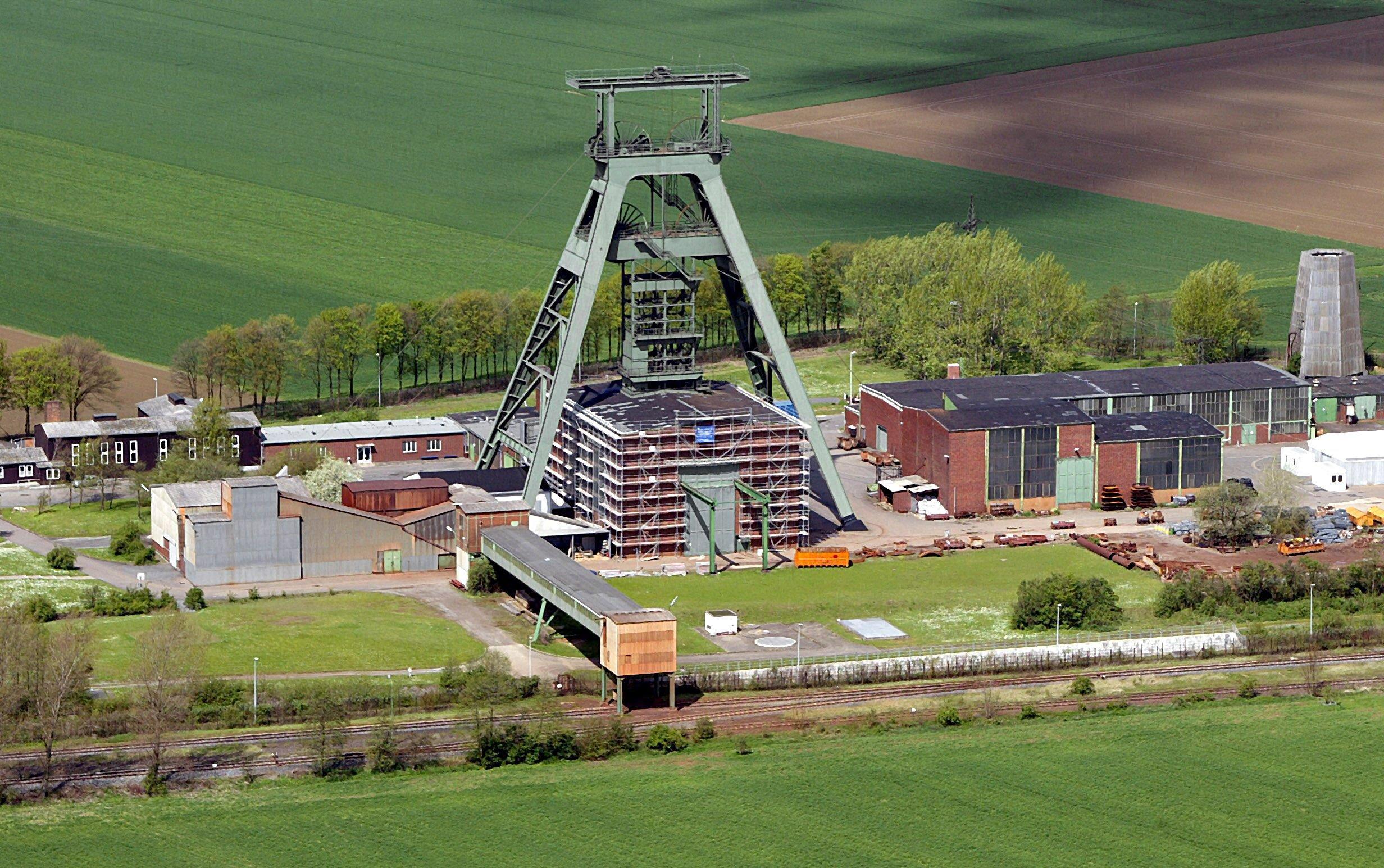 Luftbild des Förderturms des ehemaligen Eisenerzbergwerks Schacht Konrad in Salzgitter: Das zentrale Endlager fürschwach- und mittelradioaktiven Abfall soll 2022 und damit drei Jahre später als geplant fertig werden.