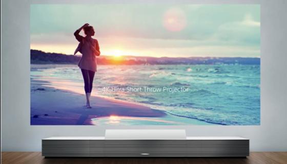 Sieht gar nicht aus wie ein Beamer: Sonys Heimkino-Gerät versteckt sich in einem Aluminiumgehäuse, das wie Einrichtungsgegenstand anmutet.