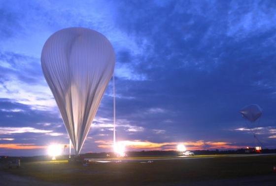 Der Forschungsballon beim Start in Ontario/Kanada: Der Ballon, ausgestattet mit deutscher Messtechnik, kann bis in 40 Kilometer Höhe aufsteigen. Dort soll er die Konzentration von klimaschädlichem Brom messen.