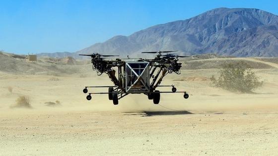 Black Knight Transformer während des ersten Testflugs Ende März. Aus Sicherheitsgründen durfte das Hybrid mit acht Rotoren nur drei Meter aufsteigen. Für die Landung war es noch auf Stützräder angewiesen.