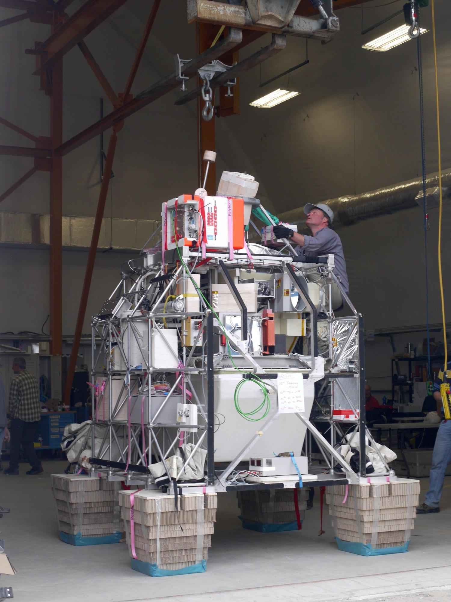 In der riesigen Gondel sind drei Messinstrumente untergebracht, die zusammen 760 kg wiegen. Sie sollen die Lücken der Forschung zur Brom-Konzentration in der Stratosphäre schließen.