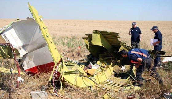 Experten an der Absturzstelle von MH17: Der Sicherheitsrat hat heute einen Zwischenbericht zu den Untersuchungen vorgestellt.Ausgewertet wurden auch die Aufnahmen des Stimmenrekorders aus dem Cockpit, die Daten des Flugschreibers und der Flugsicherung.