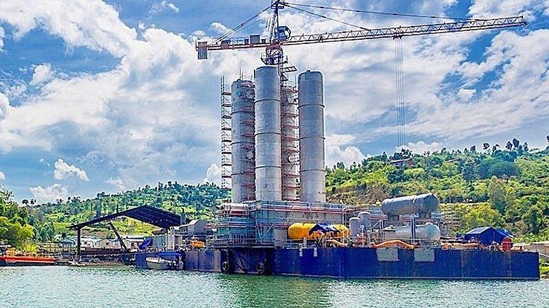 Noch liegt die 50 Mal 30 Meter große Anlage Kivuwatt am Ufer. Im September geht sie in Betrieb – mitten auf dem 2600 Quadratmeter großen Kivusee in Ruanda.