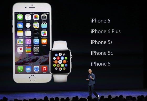 """Apple-Chef Tim Cook präsentiert seine """"unglaublichen"""" Produkte: die Computeruhr Apple Watch und das neue iPhone 6. Außerdem stellte er das Bezahlsystem Apple Pay vor."""