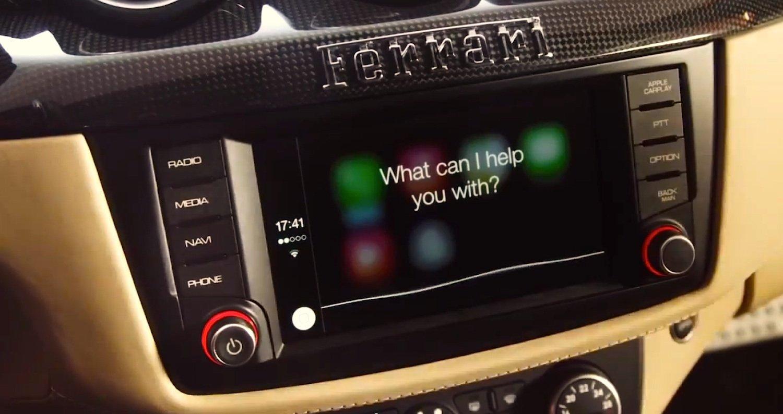Über CarPlay lassen sich Apple-Geräte in die Autoelektronik einbinden und über das Touch-Display und die Sprachassistentin Siri steuern.