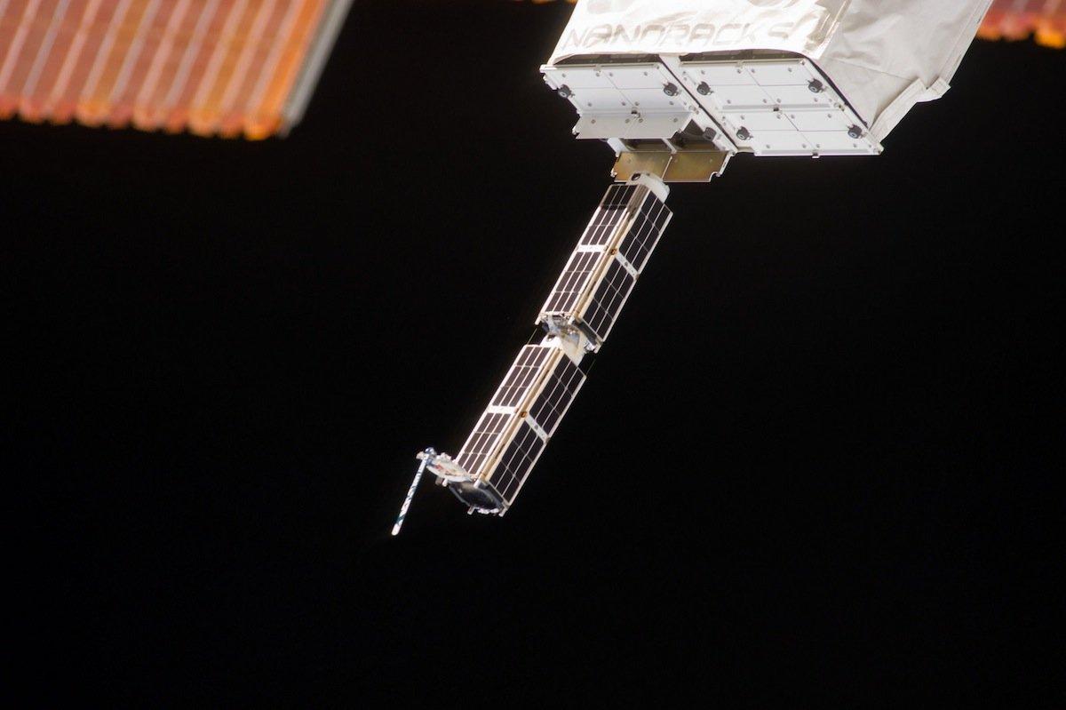 Nach einem Rütteltest am Kibo-Laborarm hat sich offenbar versehentlich eine Klappe geöffnet hat, hinter der die Satelliten auf ihren Einsatz warten. Im Bild sind sehr gut die geöffneten Klappen und zwei der insgesamt 28 Fotosatelliten zu sehen.