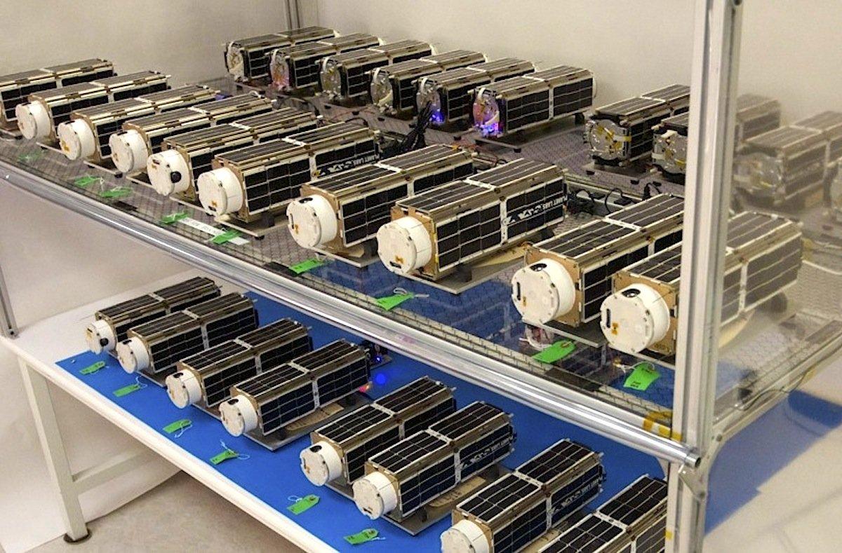 Die 28 Kamerasatelliten vor dem Start im Lager von Planet Labs: Vier der Satelliten fliegen gerade in falschen Umlaufbahnen und sind damit zu fabrikneuem Weltraumschrott geworden.